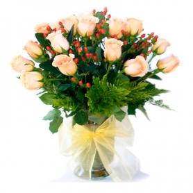Florero con 24 Rosas Damasco + Hipericos