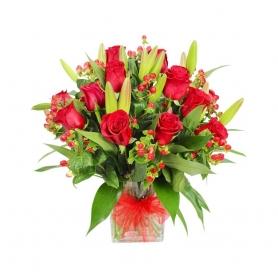 Florero con 12 Rosas Rojas y Flores Lilium