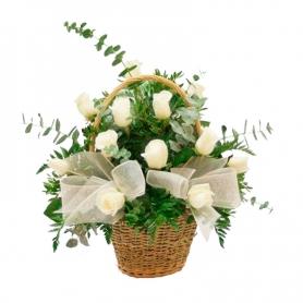 Canastillo con 12 Rosas Blancas